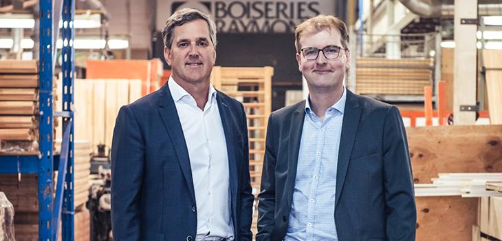 Photo de Joel Roussin, président de Boiseries Raymond, et de François Dumas, directeur de portefeuille, Investissement Québec
