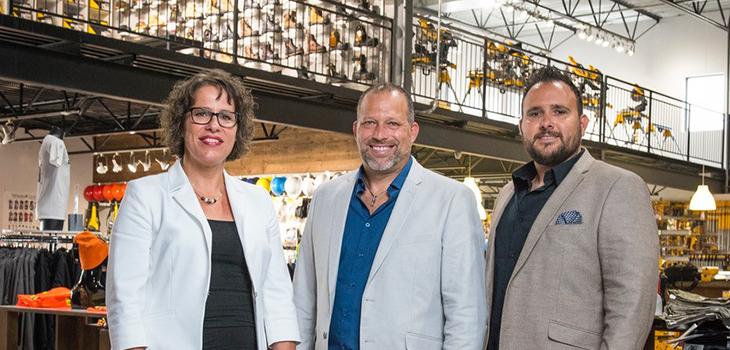 Photo de Stéphanie Legault, directrice de portefeuille, Investissement Québec, Dominic Salvail, vice-président et propriétaire, DMS Industriel, et YanickMeunier, président et fondateur, DMS Industriel
