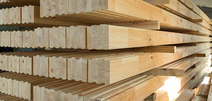 Photo de poutres de bois empilées