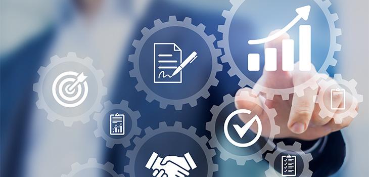 Illustration représentant un homme face à un écran montrant un concept de gestion et d'automatisation de processus d'affaires, workflow automatisé et engrenages