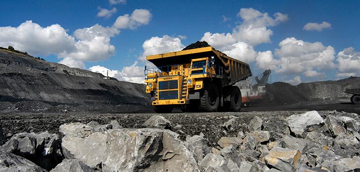 Photo d'un camion transportant du minerai dans une mine à ciel ouvert