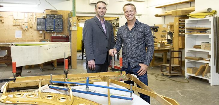 Photo de Simon Fecteau, directeur de portefeuille d'Investissement Québec, et Christian Bolduc, président des Pianos Bolduc