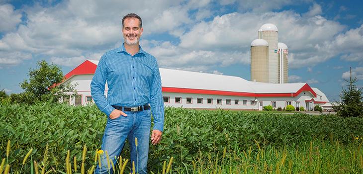 Photo de Pierre-André Meunier, fondateur de PrevTech Innovations inc., devant un batiment agricole