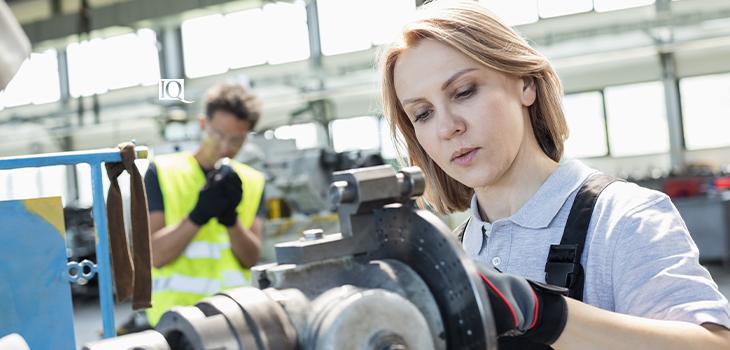 Photo d'une femme travaillant dans une usine