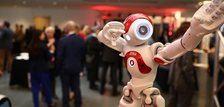 Photo d'un petit robot à la troisième édition du Forum stratégique sur le manufacturier innovant
