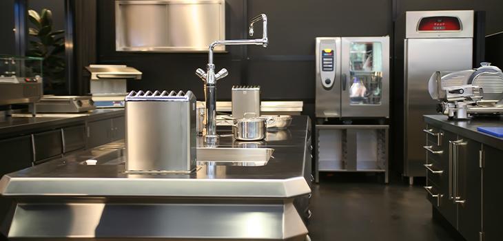 Photo d'une cuisine industrielle en acier inoxydable