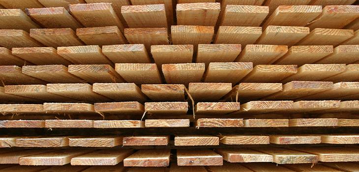 Photo de planches de bois empilées les unes sur les autres