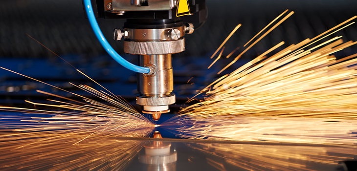 Technique industrielle de découpe laser de matériaux d'acier de tôle plate avec étincelles