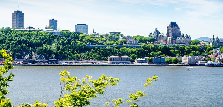 Le Château Frontenac vu de l'autre côté du fleuve Saint-Laurent pendant une journée d'été