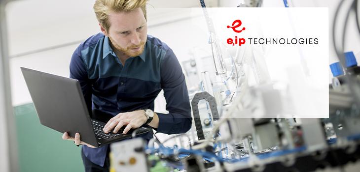 Photo d'un homme utilisant un ordinateur portable et logo de e2ip technologies