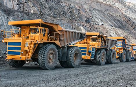 Photo de camions lourds dans une mine à ciel ouvert