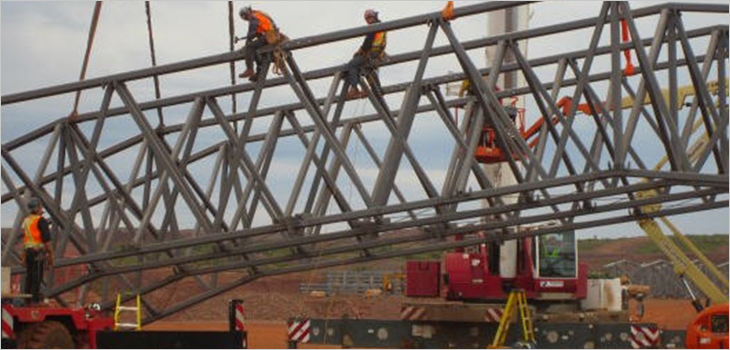 Photo d'ouvriers de Tata Steel travaillant dans une structure d'acier