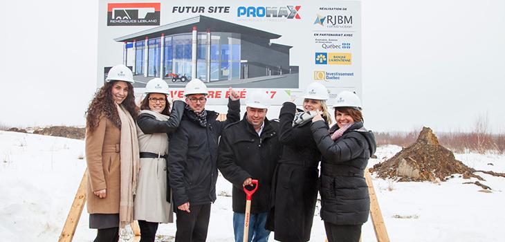 Julie Bélisle Gauthier (à gauche) et Guylaine Mathieu (à droite) ont participé à la première pelletée de terre ou plutôt, de neige, en compagnie des partenaires et promoteurs du projet.