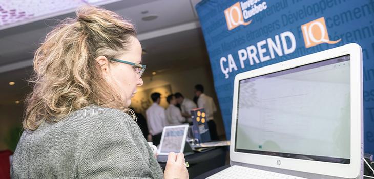 Photo d'une personne assise devant un ordinateur lors de la 4e édition du Forum économique de la relève d'affaires