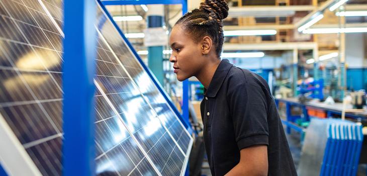 Jeune femme travaillant dans une entreprise de panneaux solaires