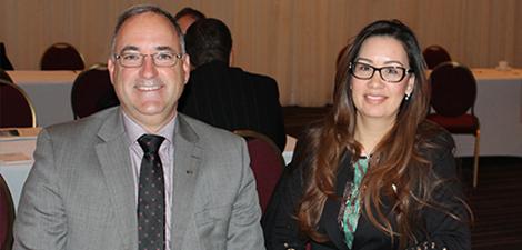Photo d'André Tanguay et Hanane Assalmi, d'Investissement Québec,aux rencontres express de financement organisées par la Chambre de commerce du Montréal métropolitain.